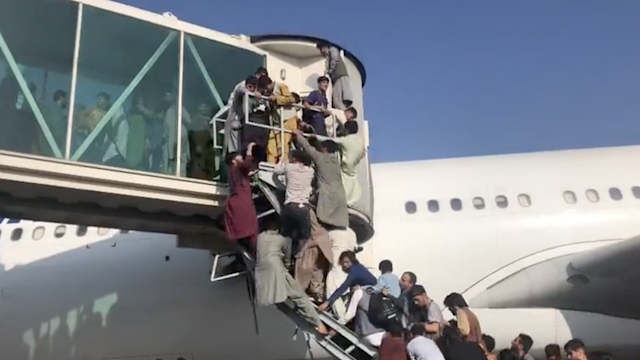 Miles de personas intentan escapar de los talibanes