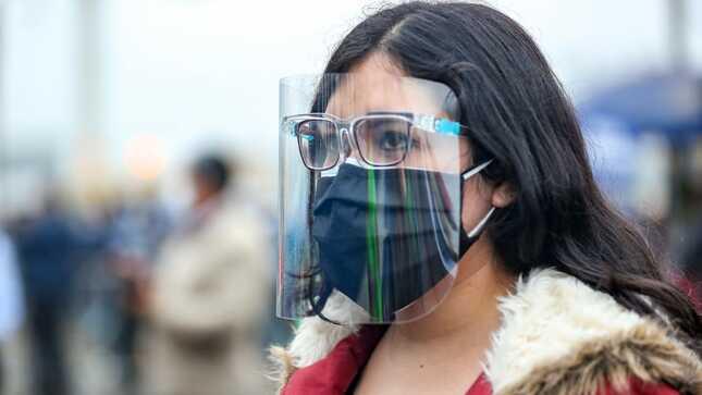 Usuarios de transporte urbano deben seguir utilizando protector facial