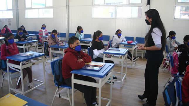 Más escuelas ofrecen clases semipresenciales con docentes vacunados