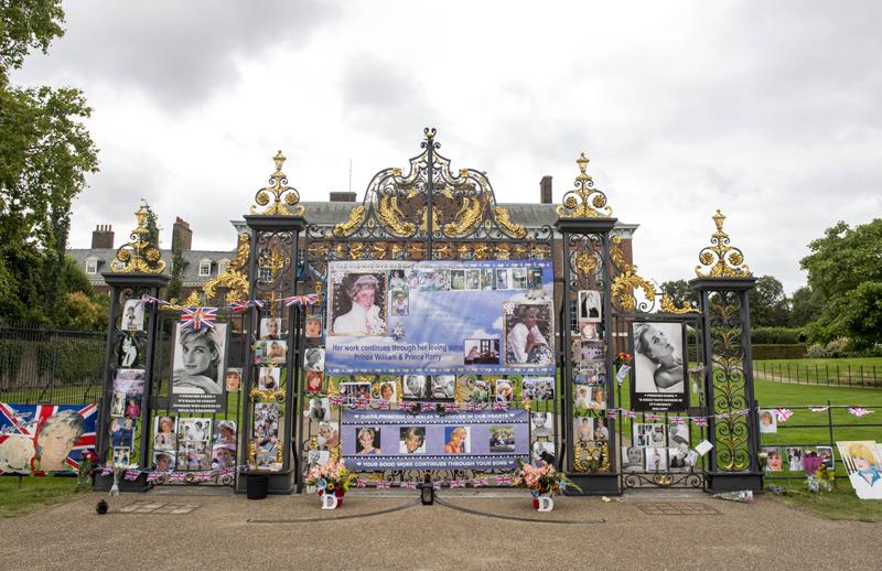Homenajean a Diana de Gales en las puertas del palacio de Kensington