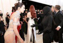 Kim Kardashian, a pesar de tener en frente a su hermana Kendall, no logró distinguirla por su singular atuendo negro.