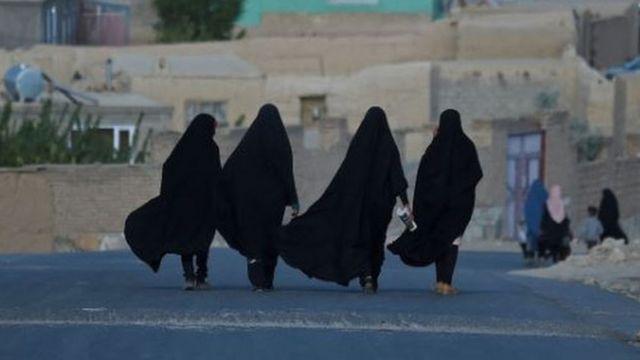 Mujeres afganas reportan que las obligaron a casarse para huir del país