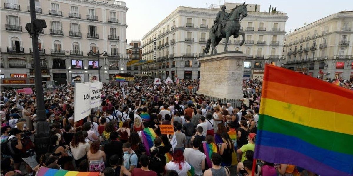Joven es atacado por 8 encapuchados homofóbicos