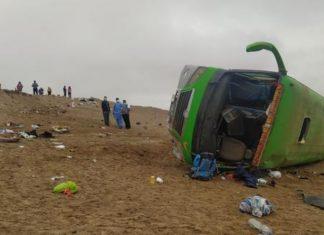 Mueren dos personas tras despistarse bus en Tacna