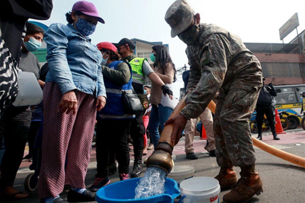 Ejército distribuye agua a población afectada por aniego en SJL