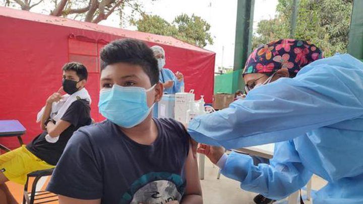 Adolescentes de 12 a 17 años serían vacunados con dos dosis