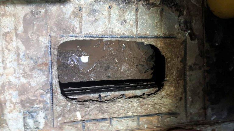 Un hoyo en el piso de una celda de la cárcel de Gilboa (Israeli Prison Services/Handout via REUTERS)