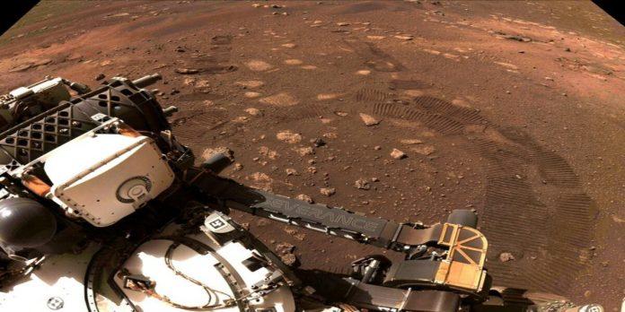 FOTO DE ARCHIVO: Las marcas de las ruedas del Perseverance en el suelo del cráter Jezero en Marte (Foto: REUTERS)