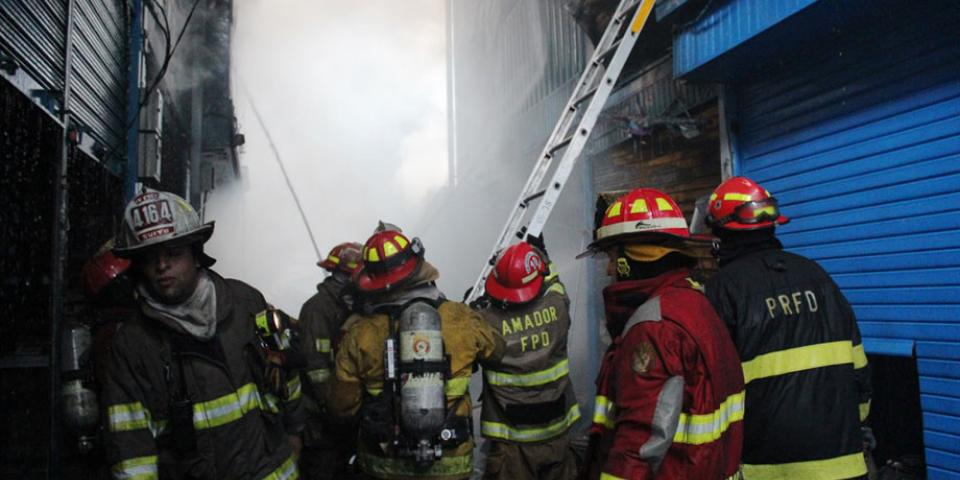 Incendio consumió depósito de plásticos en Lurigancho-Chosica