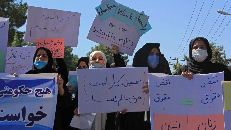 Talibanes golpean a mujeres en una protesta en Kabul