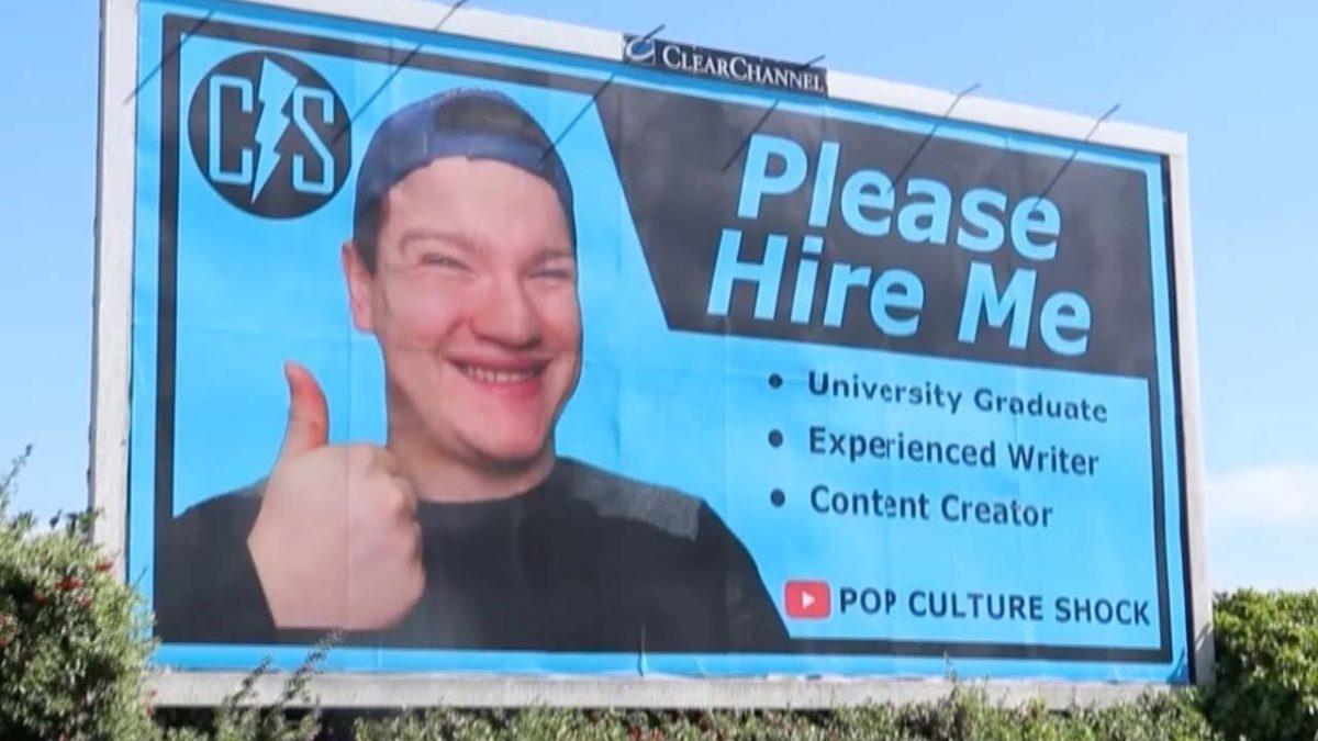 Joven puso su CV en un cartel gigante para buscar trabajo, pero nadie lo llamó