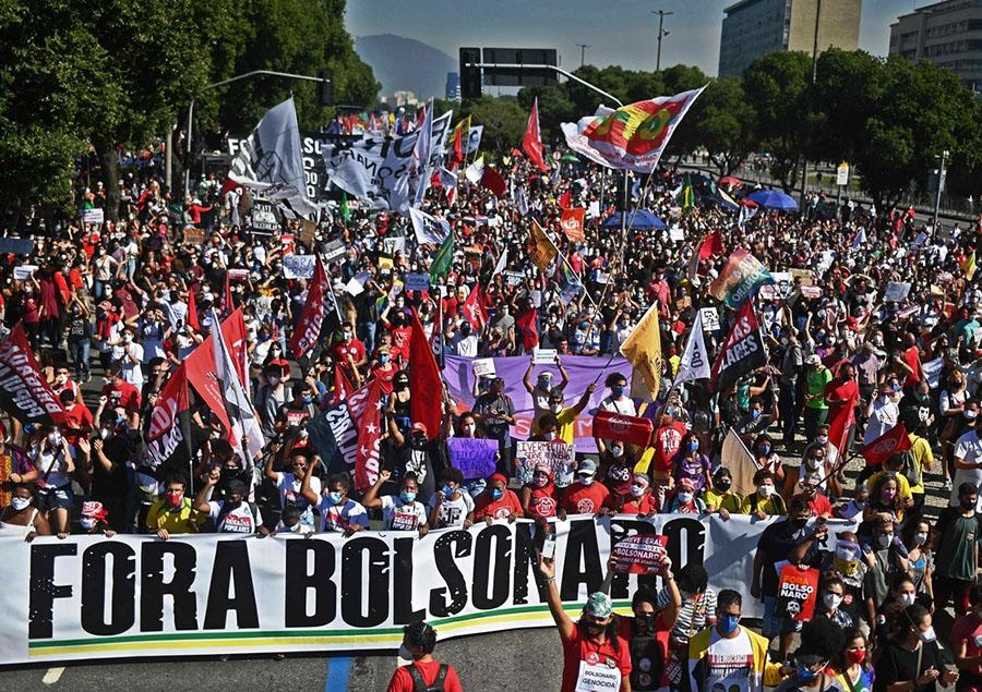 Miles protestan contra presidente de Brasil Jair Bolsonaro