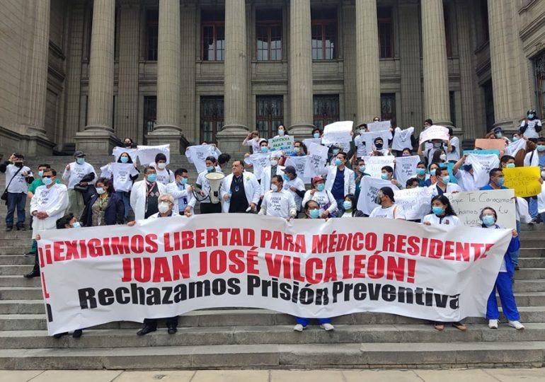 Médicos del hospital Rebagliati exigen libertad de Juan José Vilca León